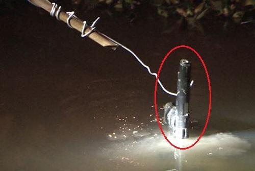 Cảnh sát vớt được khẩu súng K54 giả dưới ao gần nhà mẹ vợ Minh