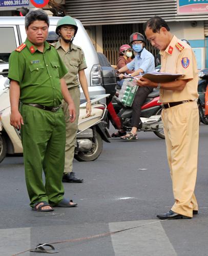 Cảnh sát đang xử lý hiện trường. Ảnh: Sơn Hòa