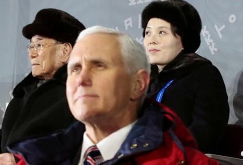 Em gái nhà lãnh đạo Triều Tiên Kim Jong-un ngồi ở hàng ghế phía sau Phó tổng thống Mỹ tại buổi lễ khai mạc Olympic tối 9/2. Ảnh: Yonhap.