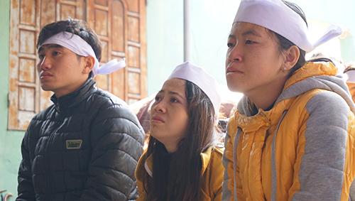 Em Hoàng Thị Hoài Hương (ngoài cùng bên phải) đau đớn khi đi thả cá cùng anh trai, cũng là giây phút cuối cùng anh em bên nhau. Ảnh: Lê Hoàng.