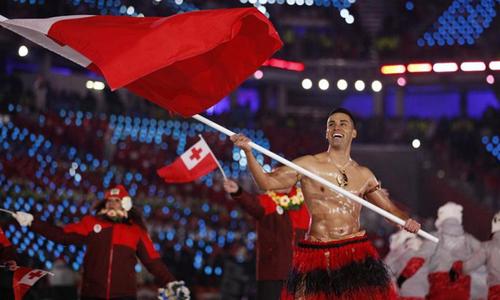 Vận động viên Tonga cởi trần mang cờ diễu hành trong lễ khai mạc Olympic