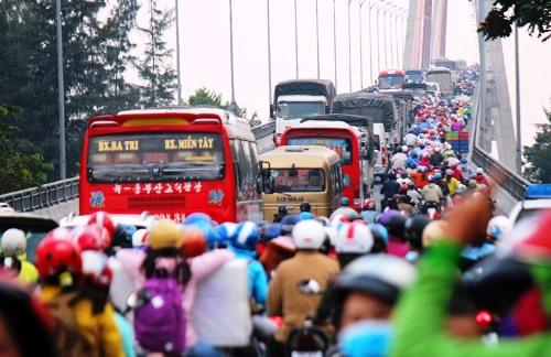 Dòng xe nối đuôi nhau qua cầu Rạch Miễu. Ảnh: Hoàng Nam.