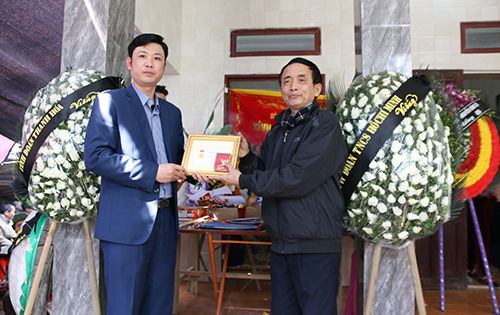 Ngày 9/2, Trung ương Đoàn cũng truy tặng Huy hiệu Tuổi trẻ dũng cảm cho Hoàng Đức Hải. Ảnh: Lê Hoàng.