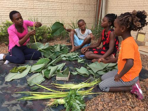 Lần đầu tiên, những đứa trẻ ở Trung Phi học gói bánh chưng. Ảnh: P.M.