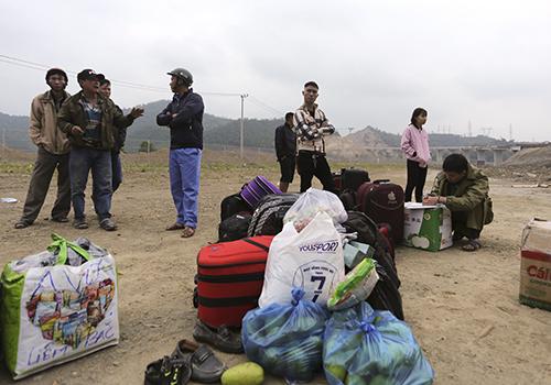 Hành lý của các nạn nhân được tập kết tại một bãi đất trống,công an xác minh cẩn thận, tránh để nhận nhầm. Ảnh: Nguyễn Đông.