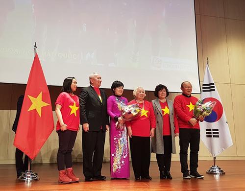 Ông Park và phu nhân (áo dài tím) chụp ảnh và nhận hoa từ Đại sứ Việt Nam Nguyễn Vũ Tú (thứ hai từ trái sang).