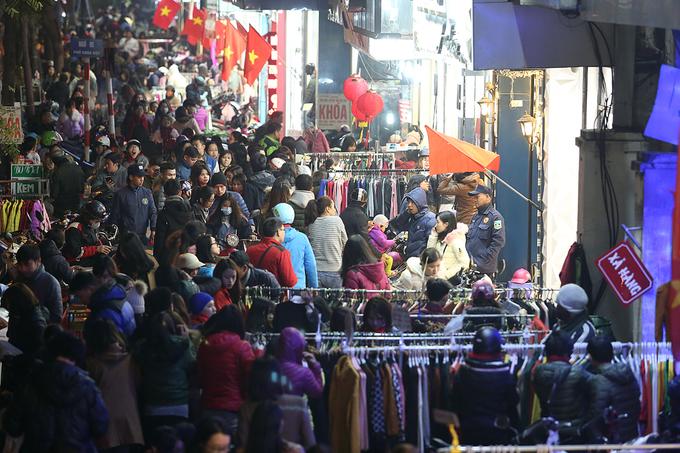Người Hà Nội chen chân mua sắm trên vỉa hè