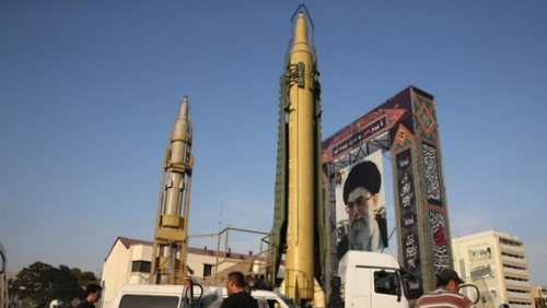 Tên lửa đạn đạo Ghadr bên cạnh ảnh lãnh tụ Ayatollah Ali Khamenei. Ảnh: AFP.