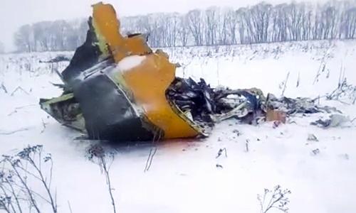 Mảnh vỡ máy bay tại hiện trường vụ tai nạn. Ảnh: AP.
