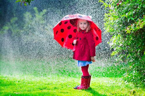 Trẻ luôn được khuyến khích vui chơi ngoài trời, bất kể thời tiết. Ảnh: Google Plus