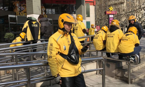 Ông Wang Junqiang đợi đơn hàng. Ảnh: SCMP.