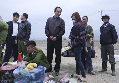 Thứ trưởng Lê Đình Thọ đã đến động viên, chia sẻ với các nạn nhân ngay tại hiện trường. Ảnh: Nguyễn Đông