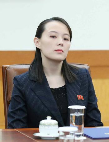 Biểu cảm khiến một số người cho rằng Kim Yo-jong trông khá kiêu căng. Ảnh: AFP.