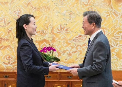 Kim Yo-jong trao thư của anh mình cho Tổng thống Hàn Moon Jae-in ngày 10/2. Ảnh: AFP.