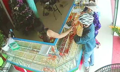 Cảnh sát lội bùn khống chế tên cướp tiệm vàng dưới ruộng - ảnh 1