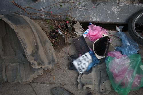 Nhiều đồ đạc của người dân để ở hai bên đường cũng bị cuốn theo. Ảnh: Ngọc Thành.