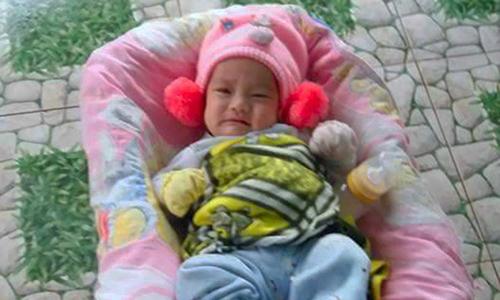 Bé gái bốn tháng tuổi bị bỏ rơi trước cổng nhà