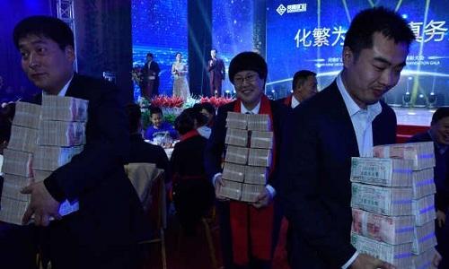 Ông chủ Trung Quốc bất ngờ chi thưởng 1,7 triệu USD trong tiệc tất niên