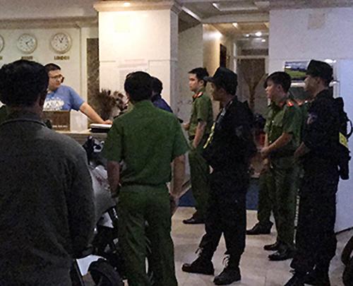 Cảnh sát kiểm tra một khách sạn. Ảnh:Quốc Thắng.