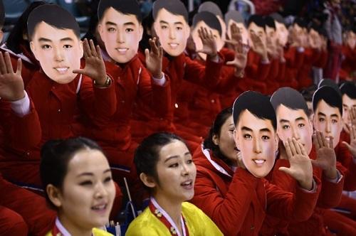 Tranh cãi quanh mặt nạ của đội cổ động viên Olympic Triều Tiên - ảnh 1