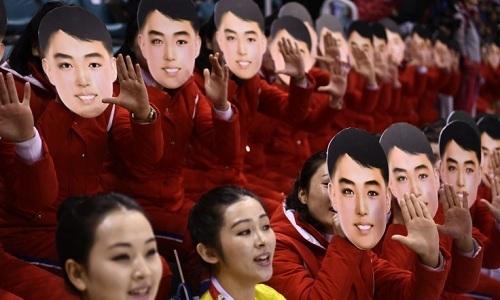 Tranh cãi quanh mặt nạ của đội cổ động viên Olympic Triều Tiên