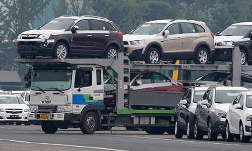 Xe hơi của GM tập kết tại nhà máy trước khi xuất khẩu. Ảnh: Reuters.