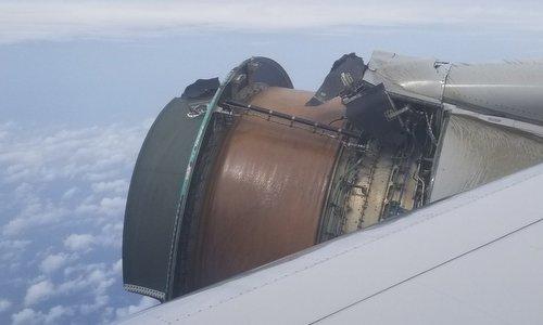 Vỏ động cơ máy bay chở khách Mỹ vỡ tung trên không