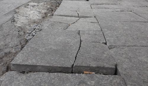 Vỉa hè đường Nguyễn Trãiliên tục xuất hiện vết nứt. Ảnh:Phạm Dự.