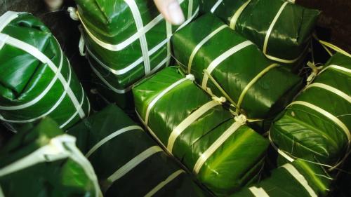 Trong mâm cỗ Tết, chiếc bánh chưng xanh vuông thành sắc cạnh tượng trưng cho trời. Chiếc bánh gói gọn bên trong những sản vật tinh túy của nền nông nghiệp để thành kính dâng lên cúng tổ tiên.