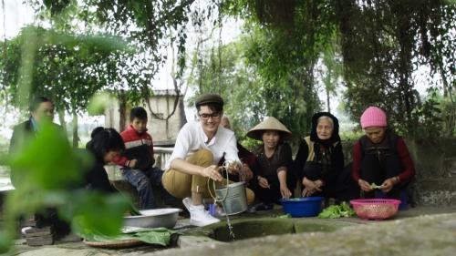 Thôn Miếu Thờ vẫn còn một chiếc giếng cổ, nước trongsạch.Mỗi dịp Tết đến, dân làng lại mang lá dong ra giếng rửa để nhắc nhở các thế hệ sau về truyền thống quê hương.