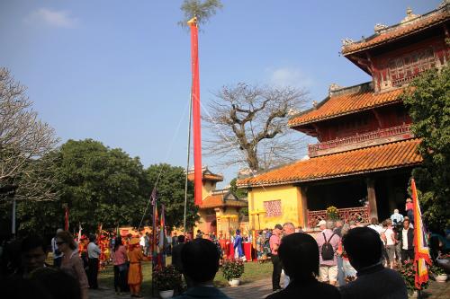 Tái hiện nghi thức dựng cây nêu ngày tết tại Hoàng Thành Huế. Ảnh: Đắc Đức.