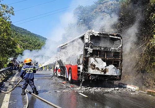 Ngọn lửa được khống chế nhưng toàn bộ xe đã bị thiêu rụi. Ảnh: ĐứcThắng.