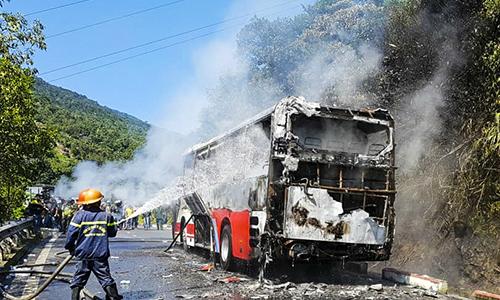 Cháy xe khách trên đèo Hải Vân, gần 30 người thoát nạn