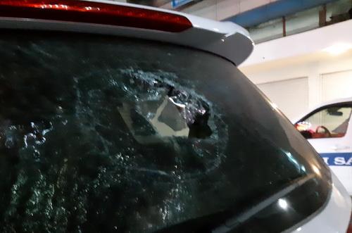 Ôtô của nhóm giang hồ Sài Gòn bị đập phá. Ảnh: Thái Hà