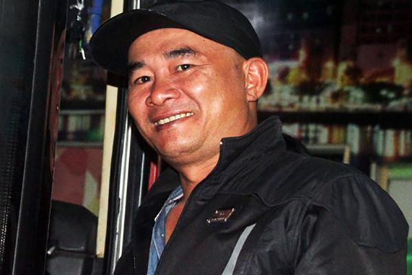 Anh Lê Gia Bảo lên chuyến xe Sài Gòn - Phan Rang. Ảnh: Mạnh Tùng.
