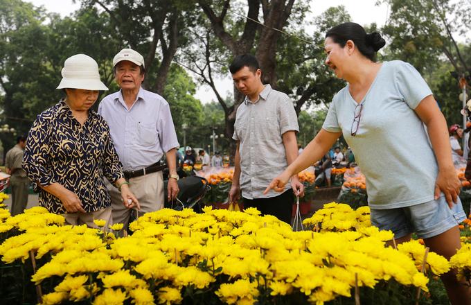 Đổ xô mua hoa giảm giá ngày 30 Tết ở Sài Gòn