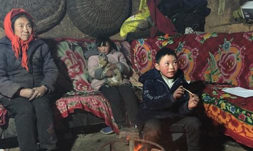 """Đón Tết, """"cậu bé tóc băng"""" Trung Quốc chỉ muốn mẹ trở về nhà"""