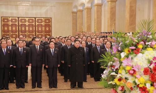 Nhà lãnh đạo Triều Tiên Kim Jong-un (đứng hàng đầu) và các quan chức tại Cung Kumsusan ngày 16/2. Ảnh: Rodong Sinmun.