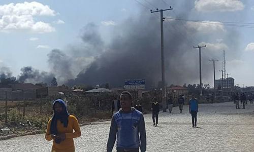 Khói đen bốc lên sau một cuộc biểu tình của thanh niên thủ đô Addis Ababa trong tuần này. Ảnh: Reuters.