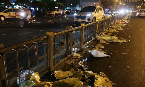 """""""Biển"""" rác ở trung tâm Sài Gòn sau màn pháo hoa đêm giao thừa"""