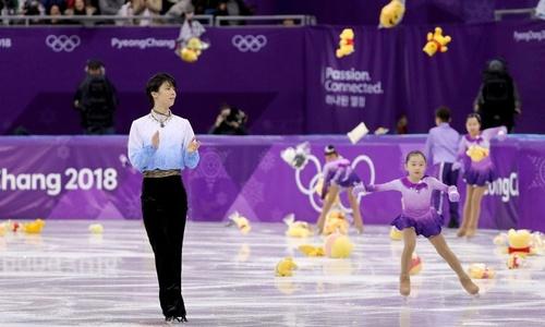 """Vận động viên Nhật hứng """"mưa gấu bông"""" mừng chiến thắng tại Hàn Quốc"""