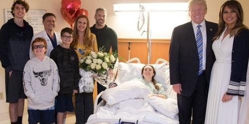 Vợ chồng ông Trump tới thăm một nạn nhân vụ xảsúng vào trường trung họcMarjory Stoneman Douglas hôm 16/2 tại Florida. Ảnh: Dailydot.