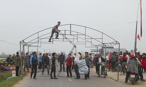 Người dân dựng rạp giữa quốc lộ phản đối thực nghiệm hiện trường tai nạn