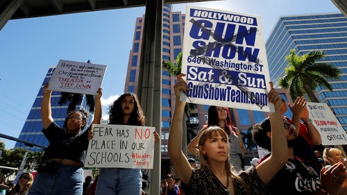 Hàng trăm người đã tham gia biểu tình đòi sửa đổi luật sở hữu súng đạn tại thành phố cảngFort Lauderdale, bang Florida, hôm qua. Ảnh: AFP.