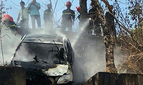 Châm lửa đốt xe taxi rồi lao xuống Biển Hồ, hai cha con tử vong