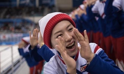 Nữ cổ động viên Triều Tiên bị bạn nhắc vì vỗ tay cho vận động viên Mỹ