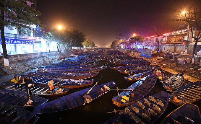 Du khách đi đò đêm vào chùa Hương