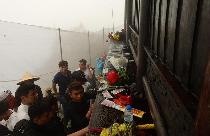 Hàng nghìn người trẩy hội Yên Tử trong sương mù