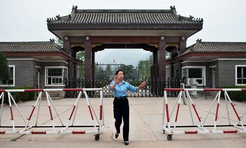 Nhân viên bảo vệ bên ngoài nhà tù Tần Thành. Ảnh: BI.