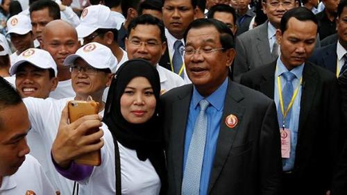 Thủ tướngHun Sen chụp ảnh với người ủng hộ tại sự kiện kỷ niệm 65 năm thành lập đảng Nhân dân Campuchia vàotháng 6/2016.Ảnh: Reuters.